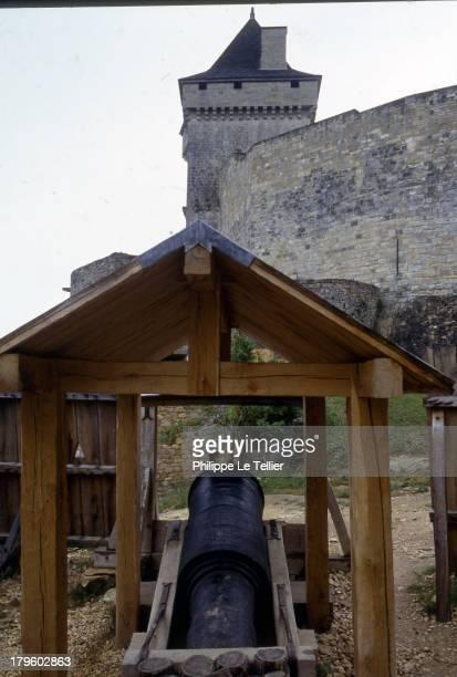 The reconstruction of a trebuchet in Castle Calmont 1987 Rearmement de chateaux moyenageux La reconstitution d'un trebuchet au chateau de Calmont...