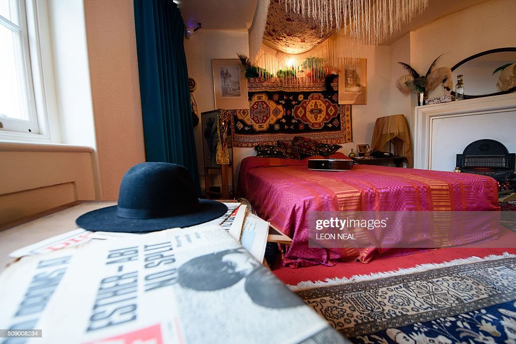 The recreated bedroom of US musician Jimi Hendrix, is seen in the room he actually rented, to promote a forthcoming exhibition, in central London, England on February 8, 2016. Located above the Handel House museum, Hendrix's former bedroom has been dressed to resemble how it was when he lived there in 1968-69. From February 10, 2016, the upper floor rooms of 23 Brook Street, will be open to the public, and includes galleries of images and videos showing his story. / AFP / LEON NEAL