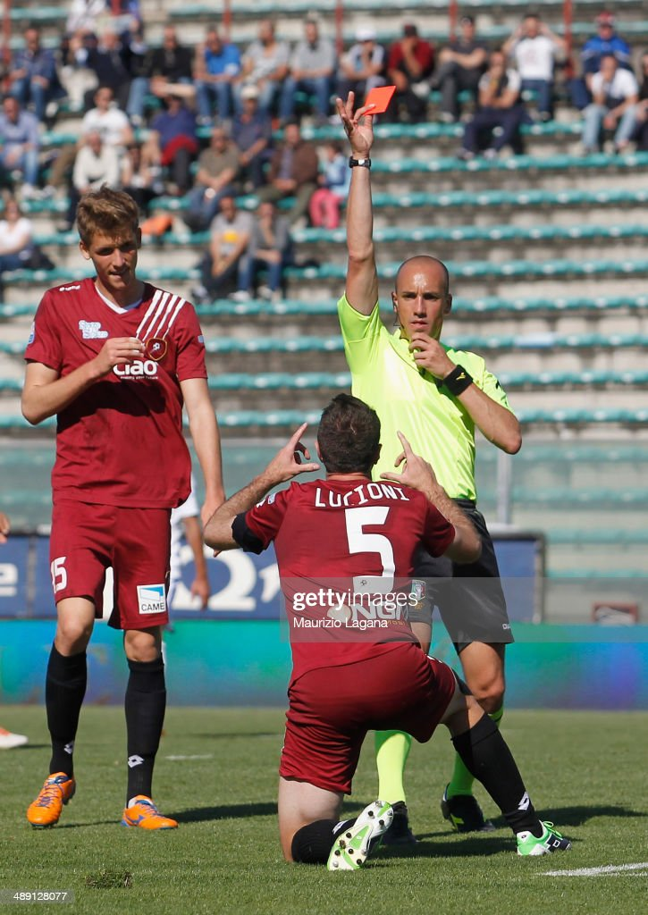 The referee Michael Fabbri shows the red card to Fabio Lucioni of Reggina during the Serie A match between Reggina Calcio and Brescia Calcio on May...