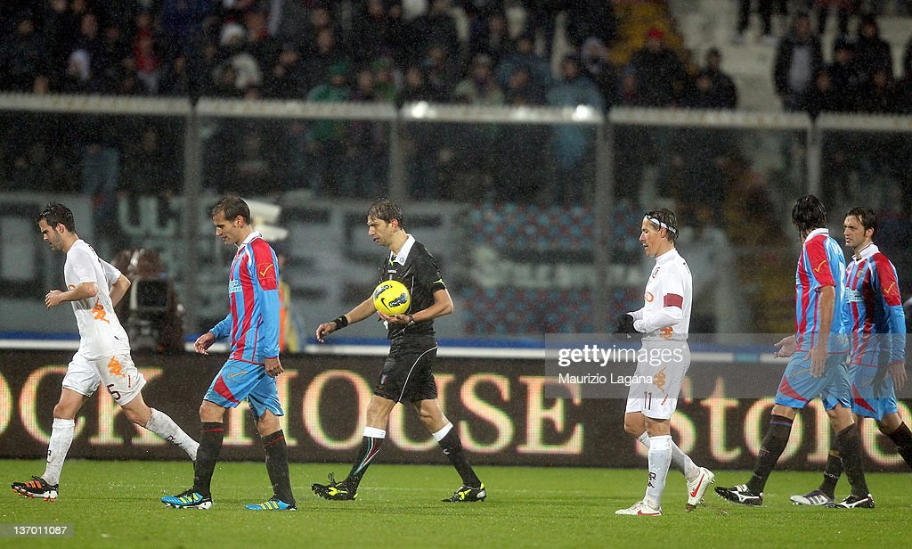 The referee Paolo Tagliavento suspends the match during the Serie A match between Catania Calcio v AS Roma at Stadio Angelo Massimino on January 14...