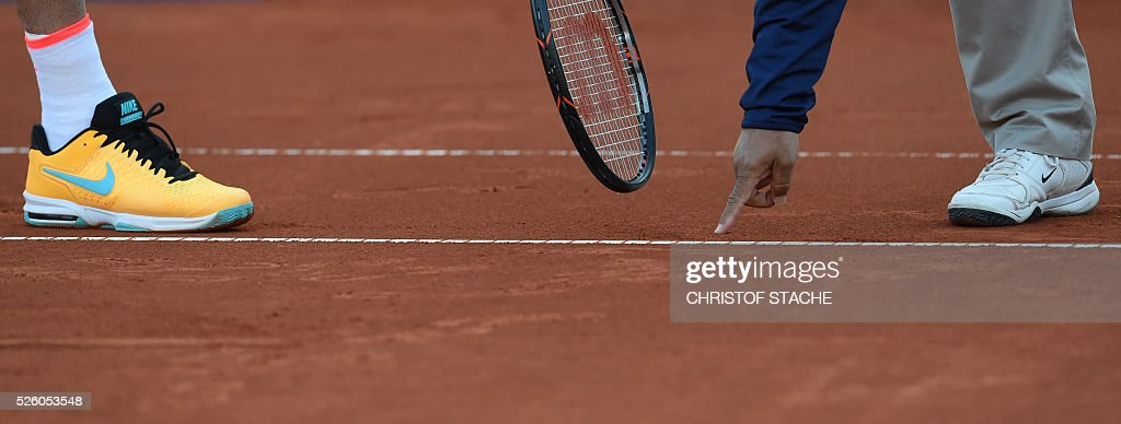 The referee shows at the ball mark during the quarter final match between Argentinian Juan Martin Del Porto and Germany's Philipp Kohlschreiber at the ATP tennis Open in Munich, southern Germany, on April 29, 2016. / AFP / CHRISTOF