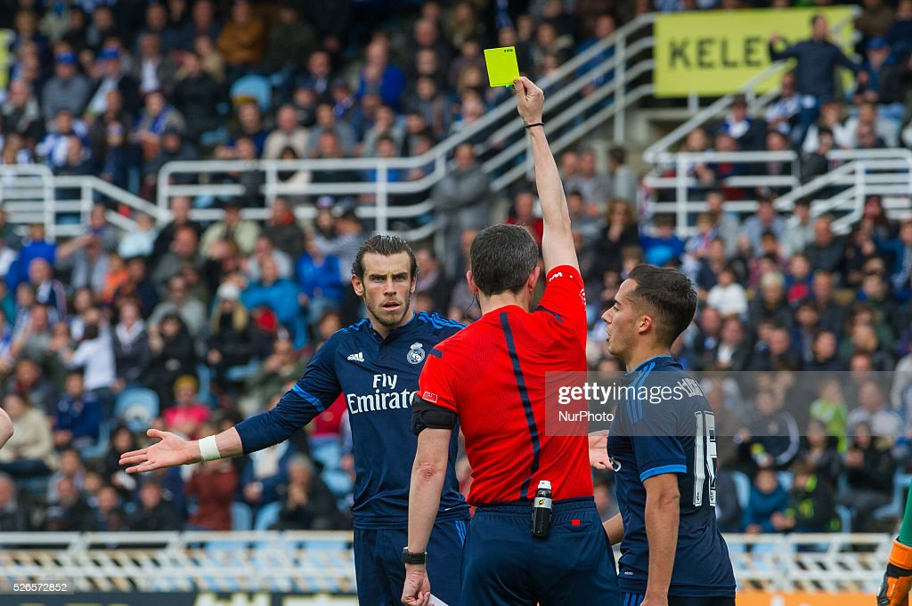 The referee Undiano Mallenco shows the yelow card to Bale of Real Madrid during the Spanish league football match between Real Sociedad and Real Madrid at the Anoeta Stadium in San Sebastian on April 30, 2016