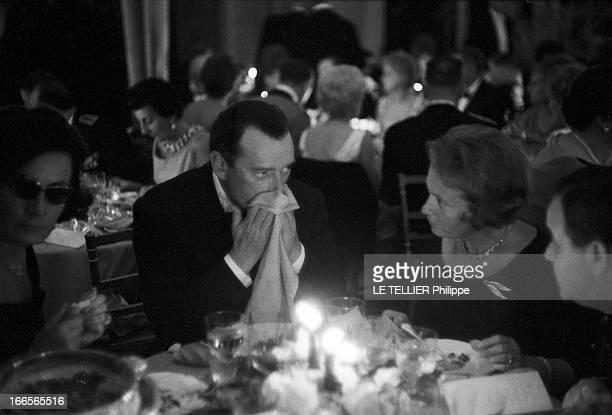 The Release In France Of The Film 'Le Jour Le Plus Long' Le 26 septembre 1962 au Palais de Chaillot à Paris en France Eddie CONSTANTINE s'essuie la...
