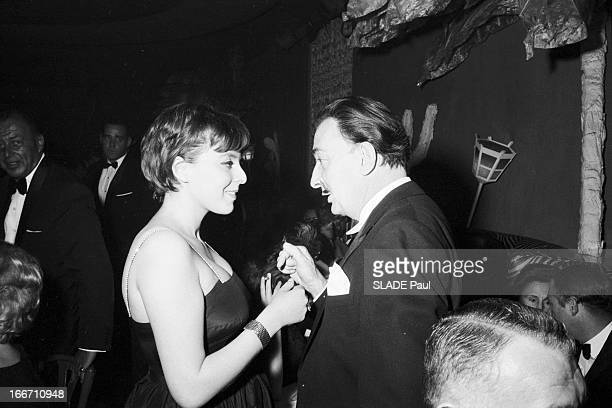 The Restaurant El Morocco Change Address In New York En janvier 1961 aux Etats Unis le peintre Savaldor DALI bavadeant avec une jeune femme lors...