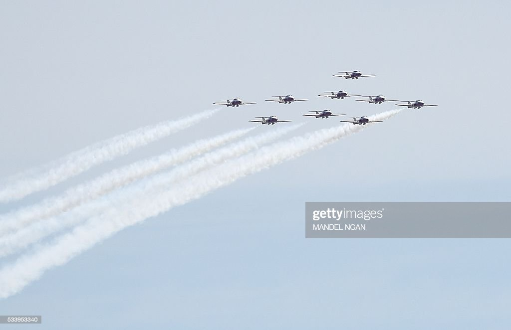 The Royal Canadian Air Force Snowbirds aerobatics team perform a fly-over above the Jefferson Memorial on May 24, 2016 in Washington, DC. / AFP / MANDEL
