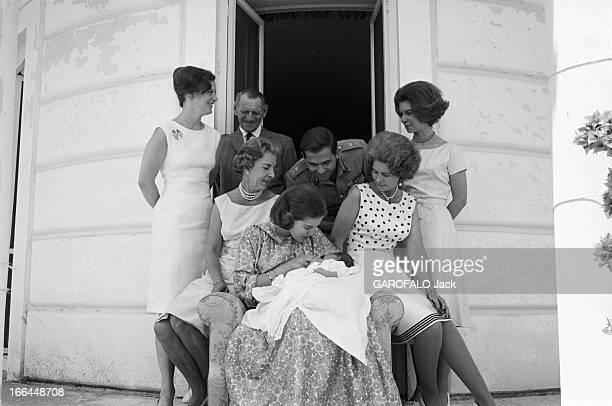 Constantin Ii AnneMarie Of Denmark And Their Daughter Alexia Athènes juillet 1965 CONSTANTIN II roi de Grèce son épouse AnneMarie DE DANEMARK tenant...