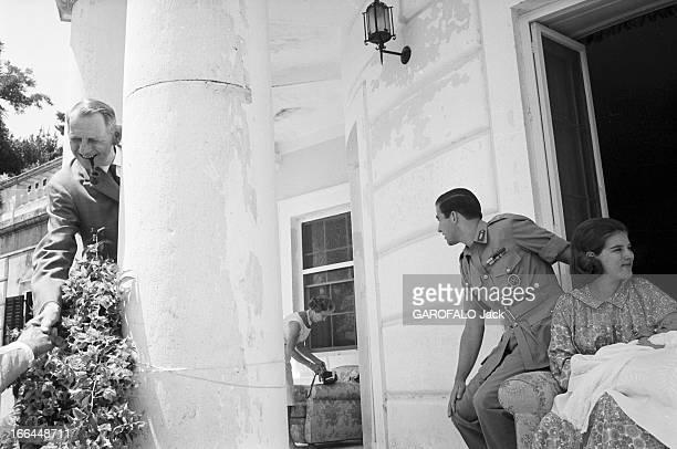 Constantin Ii AnneMarie Of Denmark And Their Daughter Alexia Corfou juillet 1965 CONSTANTIN II roi de Grèce en uniforme et son épouse AnneMarie DE...