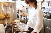 ドリップコーヒーを作る店員