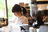 ドッリップコーヒーを作る店員