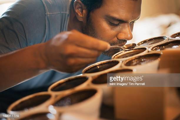 La procédure en dégustant un café, où le personnel du traitement de remise