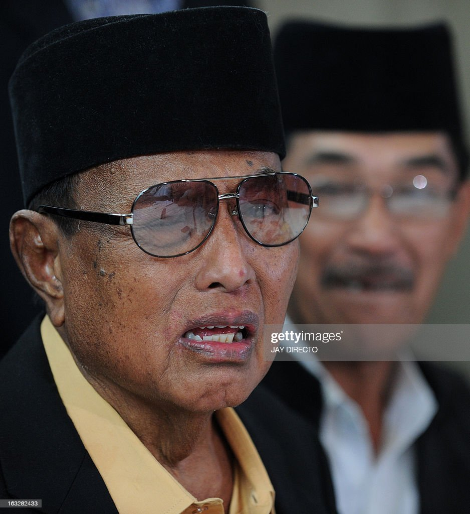 The self-proclaimed Sultan of Sulu Jamalul Kiram III (L) reacts after his spokesman Abraham Idjirani (R) announced that he is ordering his followers in the Malaysian state of Sabah to declare a ceasefire at his home in Manila on March 7, 2013. The self-proclaimed Philippine sultan whose followers launched a deadly incursion into Malaysia called for a ceasefire on March 7 as troops continued to hunt for his elusive fighters. AFP PHOTO / Jay DIRECTO