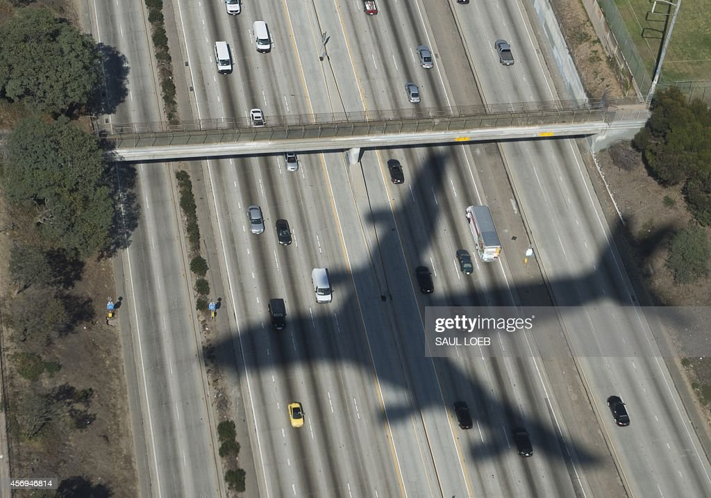 The shadow of Air Force One with US President Barack Obama aboard appears on a freeway upon final approach to Los Angeles International Airport in...