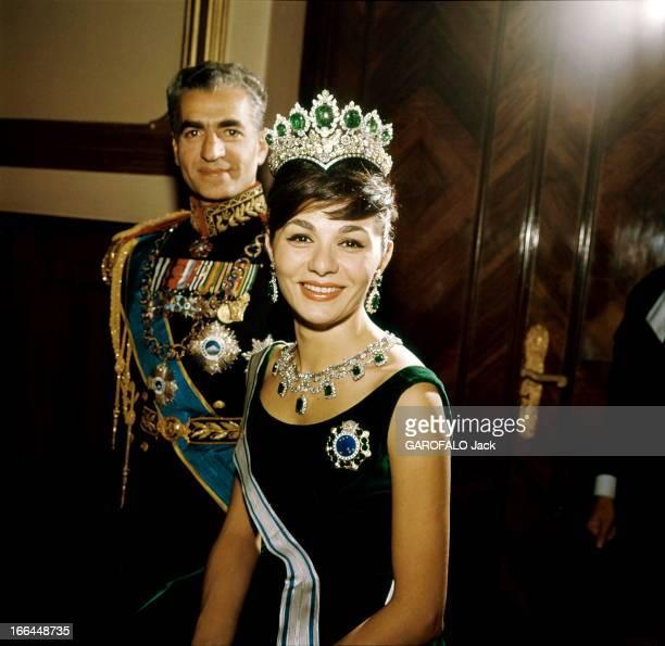 The Shah Of Iran Marries Farah Diba Le Shah d'Iran a épousé Farah DIBA le 21 décembre 1959 Farah arbore les joyaux de la couronne propriété du peuple...