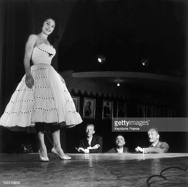 The singer DALIDA onstage at the Olympia in company of from left to right her husband Lucien MORISSE Bruno COQUATRIX and Eddy BARCLAY in 1961