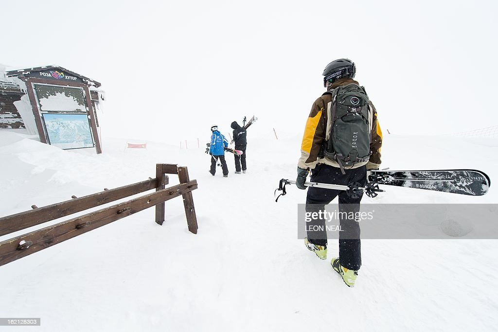 The skiers leave the lift area at the peak of Mount Aigba in Rosa Khutor, one of the 2014 Winter Olympics venues, in the Black Sea city of Sochi on February 19, 2013. With a year to go until the Sochi 2014 Winter Games, construction work continues as tests events and World Championship competitions are underway. AFP PHOTO / LEON NEAL