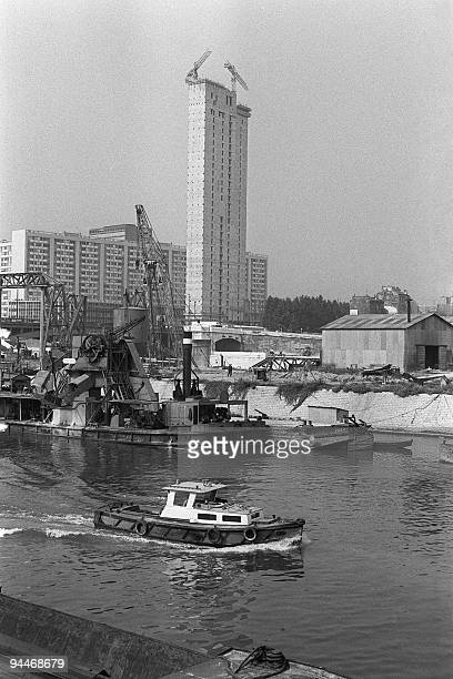 The skyscraper called ''Nobel'' 32 floors 105 meters high is under construction in new Paris' major business district of la Defense on August 24 1965...