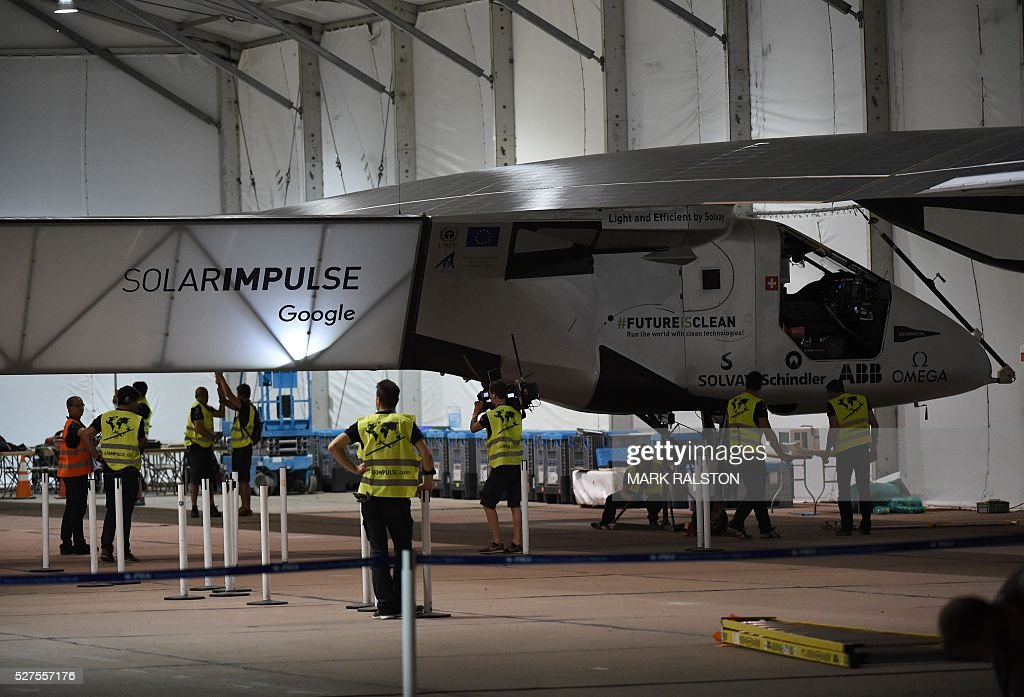 The Solar Impulse 2 stands parked in its temporary hanger after Swiss pilot Andre Borschberg successfully landed the plane at the Phoenix Goodyear Airport in Phoenix, Arizona on May 2, 2016. Solar Impulse 2, an experimental plane flying around the world without consuming a drop of fuel, landed in Arizona, one leg closer to completing its trailblazing trip. / AFP / Mark Ralston