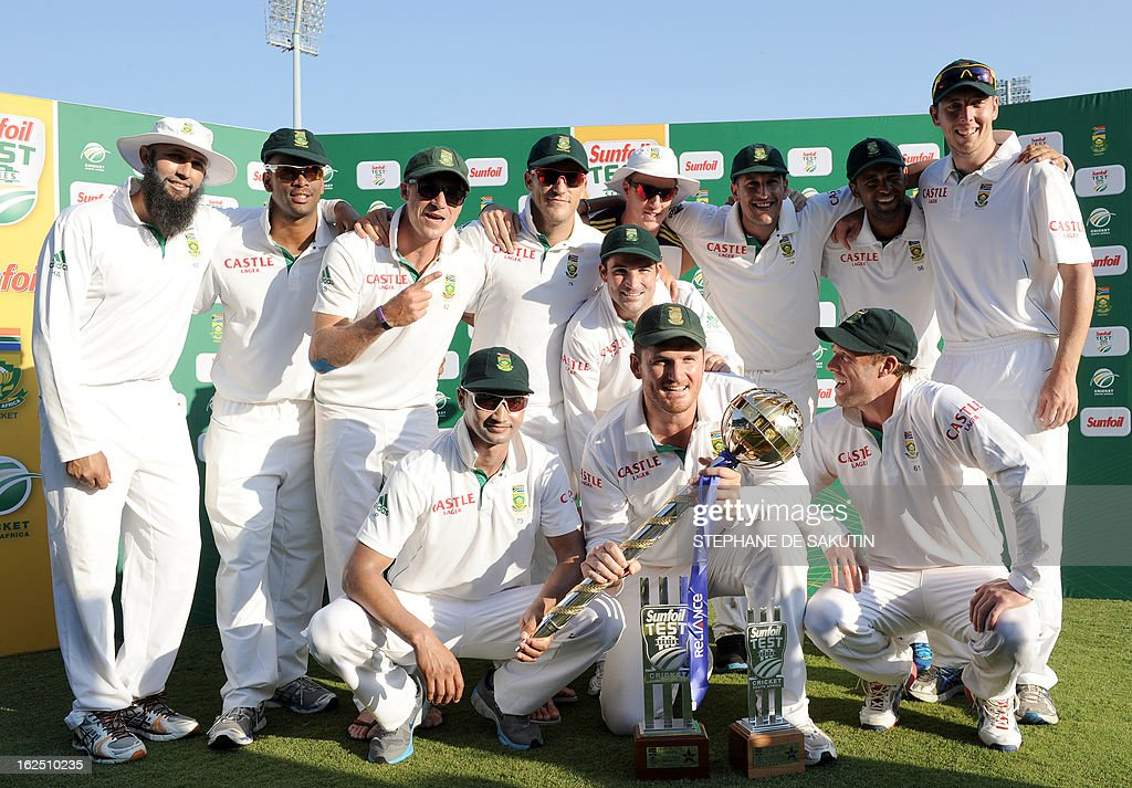 The South African Cricket squad poses after their victory over Pakistan during the third day of the third Test match between South Africa and Pakistan on February 24, 2013 at Super Sport Park in Centurion. AFP PHOTO / STEPHANE DE SAKUTIN