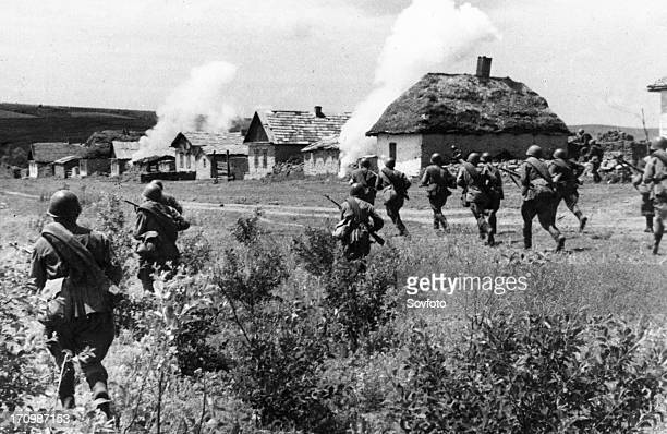 The southern front soviet infantry dislodging germans from a ukrainian village july 1942
