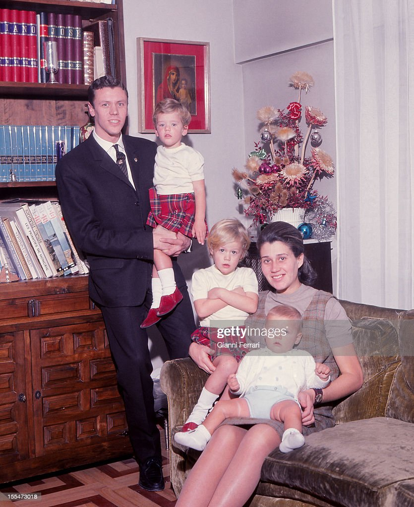 The Spanish basketball player Emiliano Roidriguez of Real Madrid fourtime European champion in 1964 1967 and 1968 with his family Madrid Castilla La...