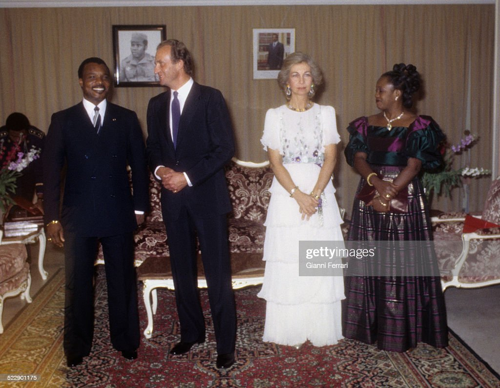 The Spanish Kings Juan Carlos of Borbon and Sofia of Greece with the President of Congo Denis Sassou-Nguesso and wife before a gala dinner at Brazaville, 1983, Congo. (Photo by Gianni Ferrari/Cover/Getty Images).