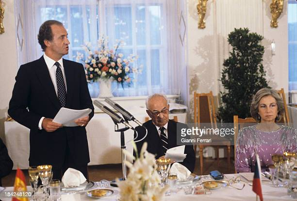 The Spanish royals Juan Carlos and Sofia with the President of Czechoslovakia Gustav Husak during the official dinner 8th July 1987 Prague...