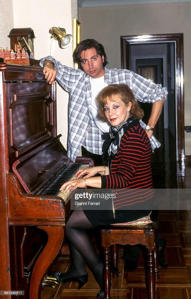 Te van a desplumar, cual es el más nocivo The-spanish-singer-karina-with-her-boyfriend-domingo-torroba-in-15th-picture-id651330311