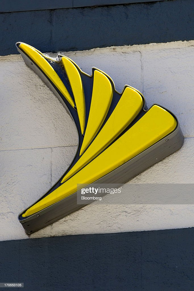 The Sprint Nextel Corp. logo is displayed on the facade of a store in San Francisco, California, U.S., on Thursday, June 13, 2013. SoftBank Corp. Chief Executive Officer Masayoshi Son, seeking to expand into the U.S. wireless market, said he sees T-Mobile US Inc. as a 'Plan B' acquisition target if he fails to purchase Sprint Nextel Corp. Photographer: David Paul Morris/Bloomberg via Getty Images