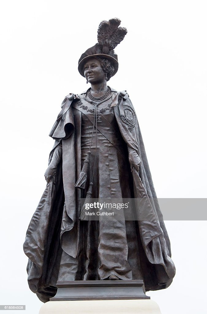 the-statue-of-queen-elizabeth-the-queen-mother-in-poundbury-on-27-picture-id618564508