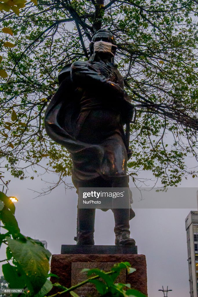 """The statue of Venezuelan military man, Sebastian Francisco de Miranda Rodriguez, in the region of Avenida Paulista, west of Sao Paulo, was covered with a surgical mask on August 18, 2017 in protest against the PL (Law Bill) 300/2017, which extends to 20 years the term for the use of Renewable fuel in 100% of the capital's buses. According to a study made at Greenpeace's request, more than 3,000 deaths will be caused this year in the capital due to health problems aggravated by the emission of pollutants from the diesel bus fleet. For Pedro Telles, a climate change expert at Greenpeace, the use of renewable fuel """"would save one life a day by 2050, and more so in the long term"""""""