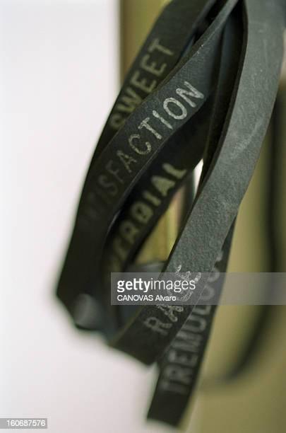 The Store 'colette' In Paris A Paris en mai 1997 dans le magasin 'COLETTE' des bracelets élastiques néogrunge à 1 franc pièce portant une inscription