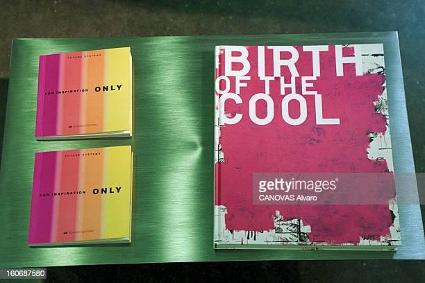 The Store 'colette' In Paris A Paris en mai 1997 dans le magasin 'COLETTE' des livres d'art posés sur un présentoir