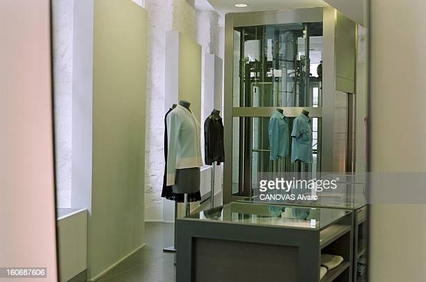 The Store 'colette' In Paris A Paris en mai 1997 dans le magasin 'COLETTE' des vêtements présentés sur des mannequins de vitrine