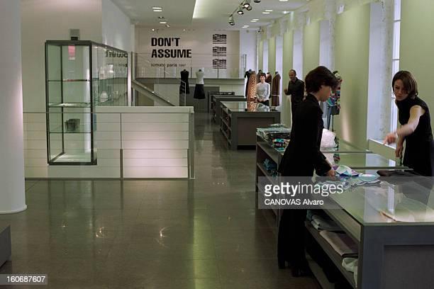 The Store 'colette' In Paris A Paris en mai 1997 dans le magasin 'COLETTE' des femmes disposant des vêtements dans des vitrines à l'étage de la mode...