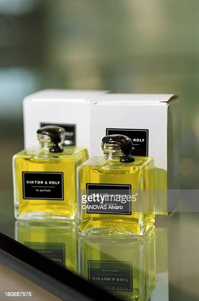 The Store 'colette' In Paris A Paris en mai 1997 dans le magasin 'COLETTE' deux flacons de parfum VIKTOR ROLF à 250 F numérotés présentés devant leur...