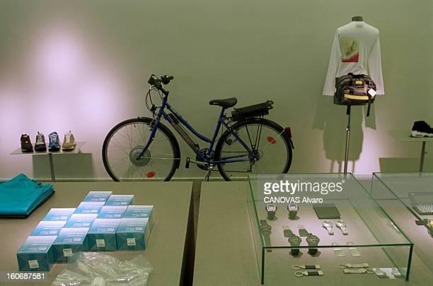 The Store 'colette' In Paris A Paris en mai 1997 dans le magasin 'COLETTE' le rayon des articles de sport un vélo présenté entre des baskets un...