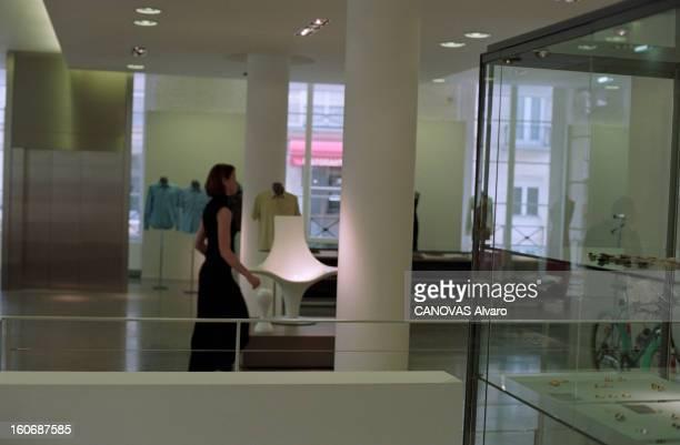 The Store 'colette' In Paris A Paris en mai 1997 dans le magasin 'COLETTE' une femme passant près d'un fauteuil design