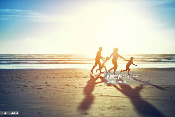 Le soleil d'été apporte le plaisir en famille