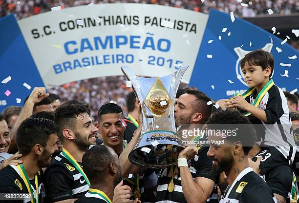 The team of Corinthians celebrates with the trophy after winning the match between Corinthians and Sao Paulo for the Brazilian Series A 2015 at Arena...