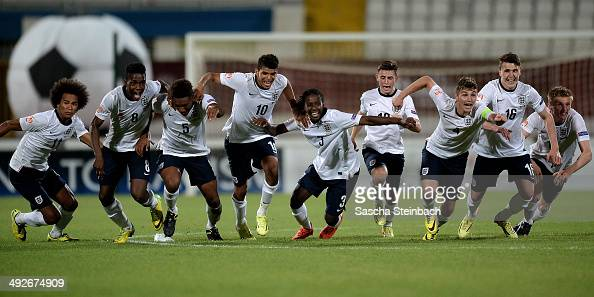 The team of England reacts as Jonjoe Kenny scores the final goal from a penalty during the UEFA Under17 European Championship 2014 final match...