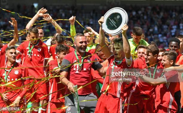 The team of FC Bayern Muenchen celebrates winning the B Juniors German Championship Final against SV Werder Bremen at Stadion an der Gruenwalder...