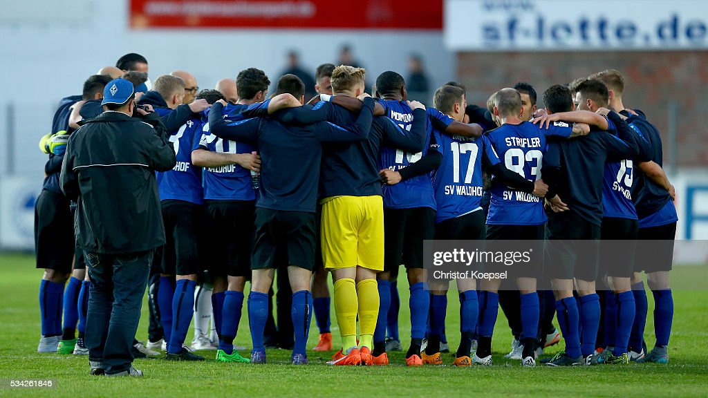 The team of Mannheim comes together after the Third League play-off first leg match between SF Lotte and Waldhof Mannheim at Sportpark am Lotter Kreuz on May 25, 2016 in Lotte, Germany. The match between Lotte and Mannheim ended 0-0.
