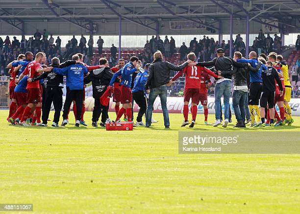 The team of Paderborn celebrates the victory after the 2nd Liga match between FC Erzgebirge Aue and SC Paderborn 07 at SparkassenErzgebirgsstadion on...