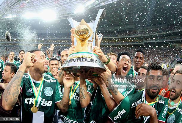 The team of Palmeiras celebrates with the trophy after winning the match between Palmeiras and Chapecoense for the Brazilian Series A 2016 at Allianz...