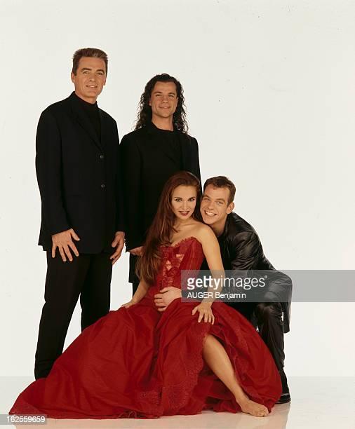 The Team Of The Musical 'NotreDame De Paris' By Luc Plamondon And Richard Cocciante En France en décembre 1998 l'équipe du spectacle musical...