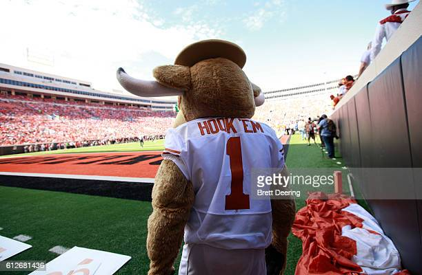 The Texas Longhorns mascot Hook 'Em watches the game against the Oklahoma State Cowboys October 1 2016 at Boone Pickens Stadium in Stillwater...