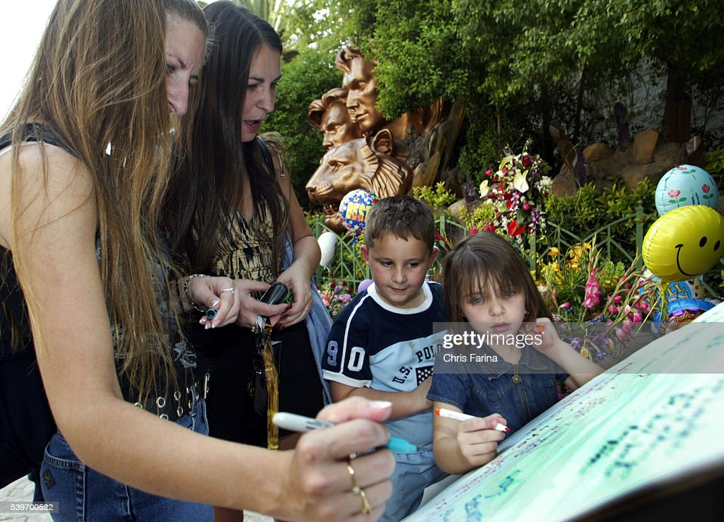 The Thibeault Family of Port Charlotte Florida leave get well wishes at a statue of Roy Horn and Siegfried Fischbacher who perform as 'Siegfried Roy'...
