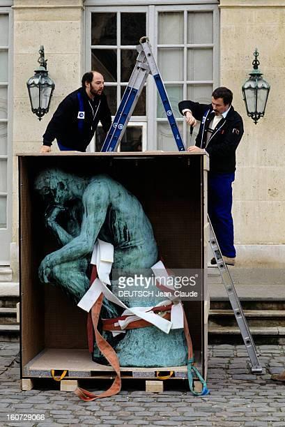 The Thinker Leaving The Rodin Museum For China A Paris au MUSEE RODIN la sculpture du 'PENSEUR' installée dans une caisse de transport