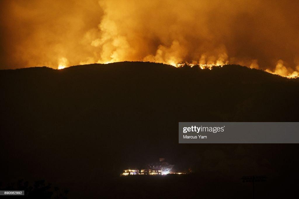 CARPINTERIA, CALIF. -- SUNDAY, DECEMBER 10, 2017: The thomas fire burns in the mountains, threatening homes in Carpinteria, Calif., on Dec. 10, 2017.