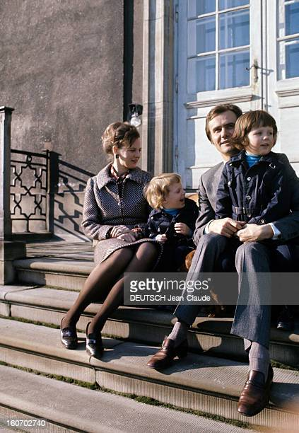 The Three French Princes Of Denmark Au Danemark en mars 1973 assis sur les marches d'un escalier devant le château de Fredensbörg vêtu d'un costume...